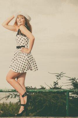 Fototapet Vacker retrostil flicka i prickig klänning.