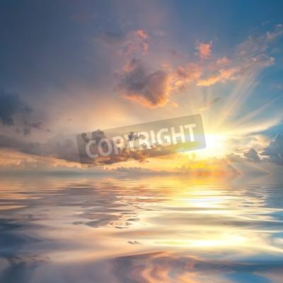Fototapet Vacker solnedgång över havet med reflektion i vatten, majestätiska moln på himlen