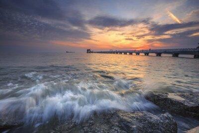 Fototapet Vacker solnedgång över havet och en brygga i det tropiska paradiset