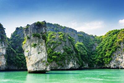 Fototapet Vacker utsikt över berg pelare och Karst öar i Ha Long Bay