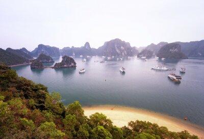 Fototapet Vacker utsikt över berömda Halong Bay