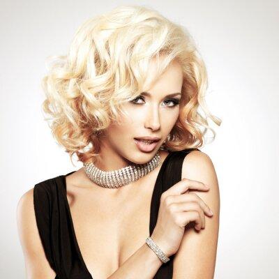Fototapet Vacker vit kvinna med lockig frisyr