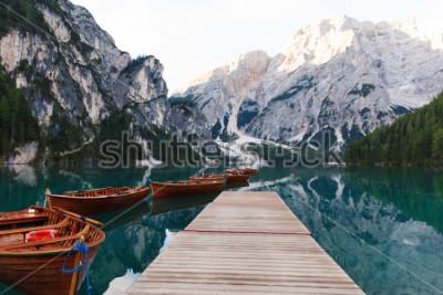 Fototapet Vackert landskap av Braies Lake (Lago di Braies), romantisk plats med träbro och båtar på den alpina sjön, Alperna bergen, Dolomiterna, Italien, Europa