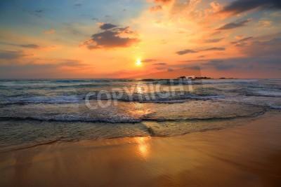 Fototapet vackert landskap med tropiska hav solnedgång på stranden