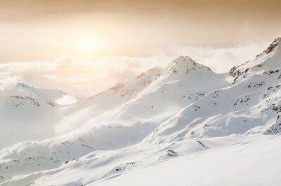 Fototapet Vackert vinterlandskap med snötäckta berg