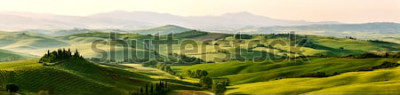 Fototapet Vackra och mirakulösa färger av det gröna vårpanorama landskapet i Toscana, Italien.