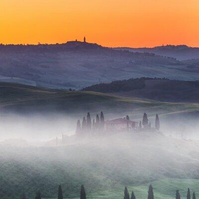 Fototapet Vackra Toscana landskap på soluppgången, Italien