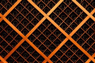 Fototapet Vägg av vinflaskor