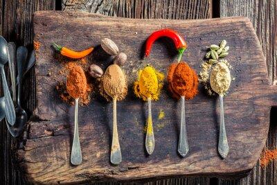 Fototapet Välsmakande kryddor och örter på gamla styrelsen