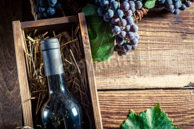 Fototapet Välsmakande rött vin i trälåda