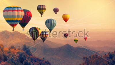 Fototapet Varmluftsballong ovanför högt berg vid solnedgången