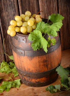 Fototapet vecchia botte di vino con Grappolo di uva
