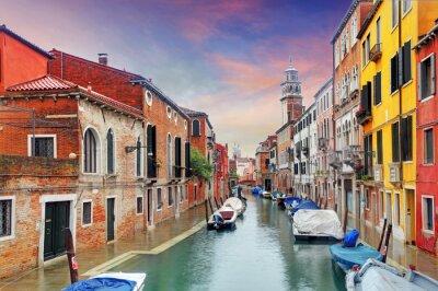 Fototapet Venedig landmärke, kanal, färgglada hus och båtar, Italien