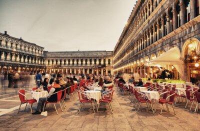 Fototapet Venedig - MAR 23, 2014: Turister njuta café på Piazza San