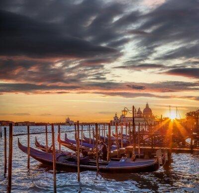 Fototapet Venedig med gondoler mot färgrik solnedgång i Italien