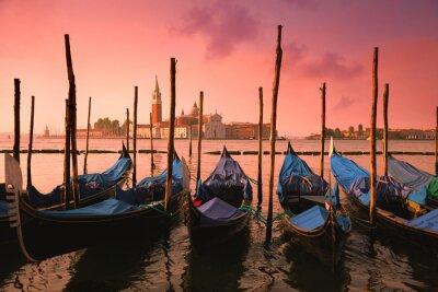 Fototapet Venedig med kända gondoler på mild rosa soluppgång ljus,