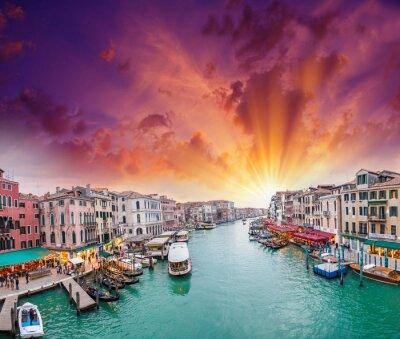 Fototapet Venedig. Vy över Grand Canal på skymningen från Rialtobron