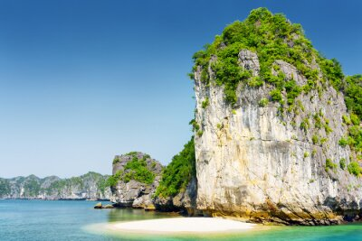 Fototapet Vild strand på obebodda tropisk ö i Ha Long Bay