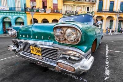 Fototapet Vintage bil i en färgglad stadsdel i Havanna