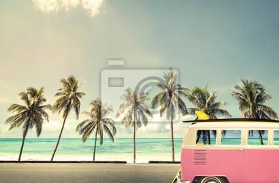 Fototapet Vintage bil på stranden med en surfingbräda