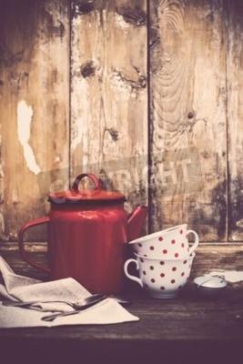 Fototapet Vintage kök dekor, röd emalj kaffekanna och koppar med polka punkter på en gammal trä kartong bakgrund med kopia utrymme. Rustik heminredning.