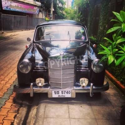 Fototapet Vintage Mercedes Benz bil parkerad i gränden