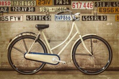 Fototapet Vintagedam cykel i en gammal fabrik