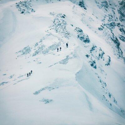 Fototapet Vinterlandskap med höga snötäckta berg