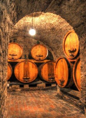 Fototapet Visa i en gammal vinkällare med stora fat genom ett valv