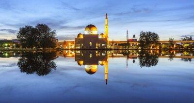 Fototapet Visa och reflektion av Assalam moskén blå timme. Bilden har spannmål eller suddiga eller brus och mjuka fokus när vy i full upplösning. (Shallow DOF, lätt rörelseoskärpa)