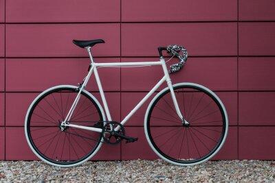 Fototapet Vit fixie cykel i rosa vägg