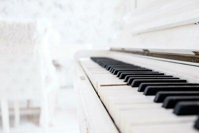 Fototapet Vit vintage piano i ett vitt rum