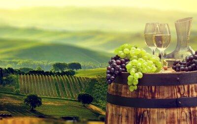 Fototapet Vitt vin flaska och ett glas vin på wodden fat. vackra Tus