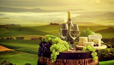 Fototapet Vitt vin med fat på vingård i Chianti, Toscana, Italien