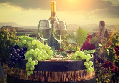 Fototapet Vitt vin med fat på vingård i Toscana, Italien