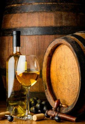 Fototapet vitt vin på träfat bakgrund