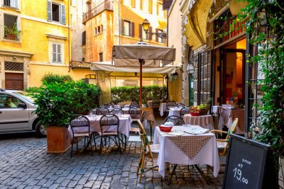 Fototapet Vy över gamla mysiga gata i Rom, Italien