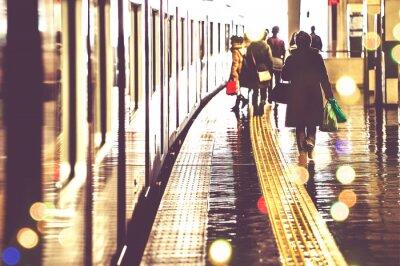 Fototapet 駅 の プ ラ ッ ト ホ ー ム を 歩 く 人 々, 光景