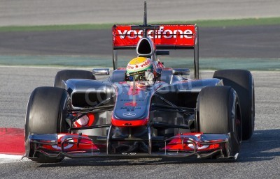 Fototapet BARCELONA - 21 februari: Lewis Hamilton i McLaren F1-team racing Formula One lag testdagar på Catalunya krets den 21 februari 2012 i Barcelona, Spanien