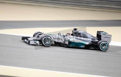 Fototapet Shakir, BAHRAIN - 4 april: Lewis Hamilton Mercedes racing under övning på fredag 4 april, 2014, Formel 1 Gulf Air Bahrain Grand Prix 2014