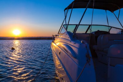 Fototapet Yacht nära piren mot solnedgången