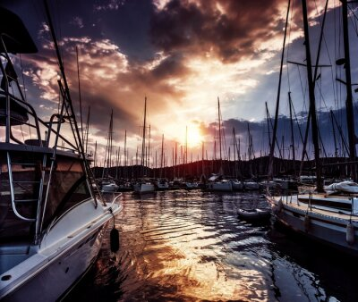 Fototapet Yacht port på dramatisk solnedgång