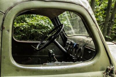 Fototapet Zil 157. Gamla ryska bil med träd från svåråtkomliga hörn av berget skogarna.
