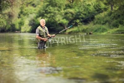 Väggdekor Äldre fiskare fiske i en flod med ett fiskespö