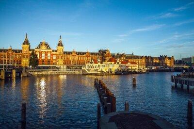 Väggdekor AMSTERDAM, Nederländerna - 15 Januari 2016: Kända byggnader i centrala Amsterdam närbild på solen tid. Allmän liggande vy. Amsterdam - Nederländerna.