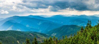 Väggdekor Blå berg täckta med grön skog. Panoramautsikt över toppar ås