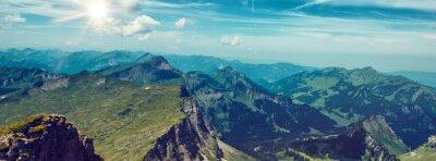 Väggdekor Bright Sun Över Green Mountain Range