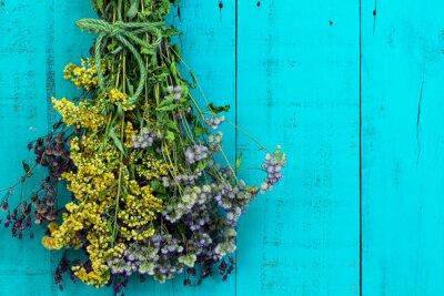 Väggdekor Bukett av torkade blommor hängande på antik lantlig krickablått trä bakgrund