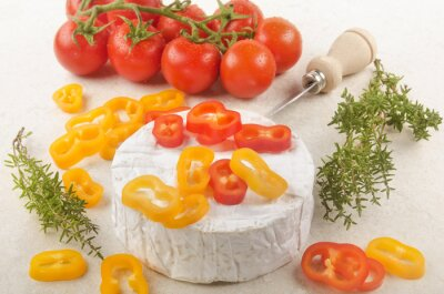 Väggdekor camembert med paprika, tomat och timjan