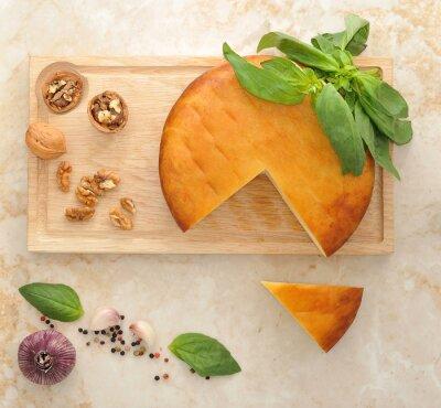 Väggdekor chef för rökt Suluguni ost på planka med valnötter och
